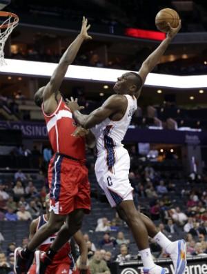 Emeka Okafor e Bismack Biyombo, Washington Wizards e Charlotte Bobcats - AP (Foto: AP)