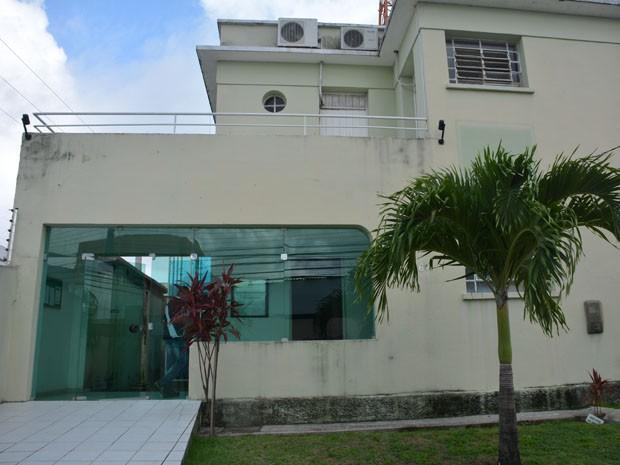 Seguranças encontraram a porta do Centro Cultural da Câmara Municipal de João Pessoa arrombada (Foto: Walter Paparazzo/G1)