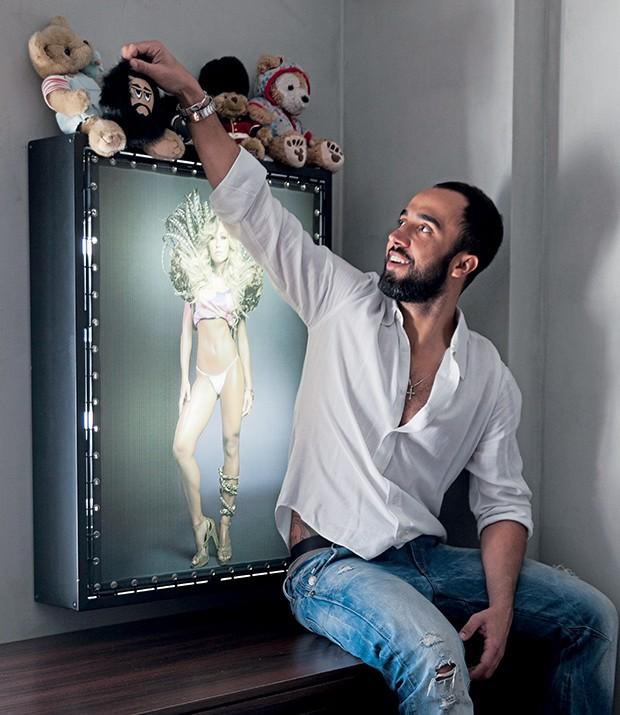 Yan posa com seus bichos de pelúcia e foto de Sabrina Sato feita para QUEM, em 2008. A fé está presente no lar, ao lado de objetos étnicos, como a dançarina de hula, comprada em Nova York por um amigo (Foto:   )