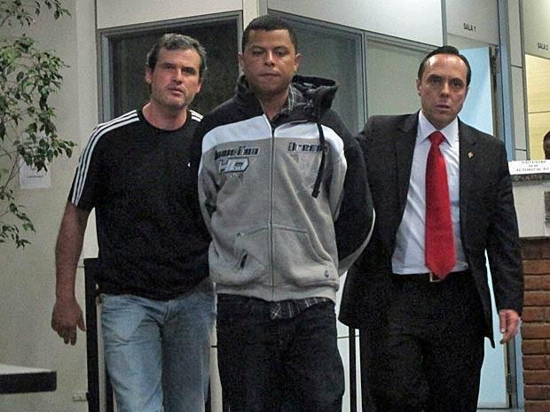 """Donizete é levado para depoimento no Decradi. Ao ser transferido, ele negou participar da briga. """"Eu estava em casa"""", disse (Foto: Paulo Toledo Piza/G1)"""