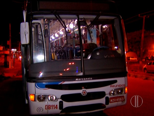 Ônibus da linha 73 foi assaltado na noite desta quarta-feira (17) no bairro de Igapó, em Natal (Foto: Reprodução/Inter TV Cabugi)