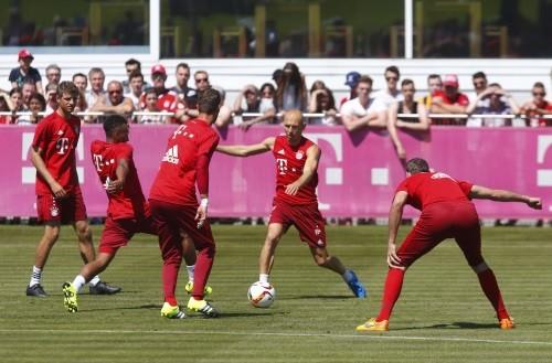 Foto (Foto: Os jogadores do Bayern fazem um treino leve enquanto são observados por torcedores - Michael Dalder/Reuters)