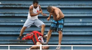 Atlético-PR x Vasco é paralisado por 1h com briga de torcida ( JOKA MADRUGA/FUTURA PRESS/ESTADÃO CONTEÚDO)
