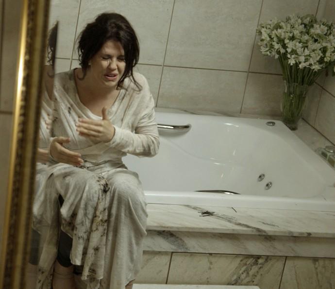 Nelita se desespera (Foto: TV Globo)