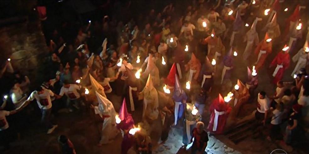 Milhares de fiéis participam da procissão (Foto: Reprodução/ Hora 1)
