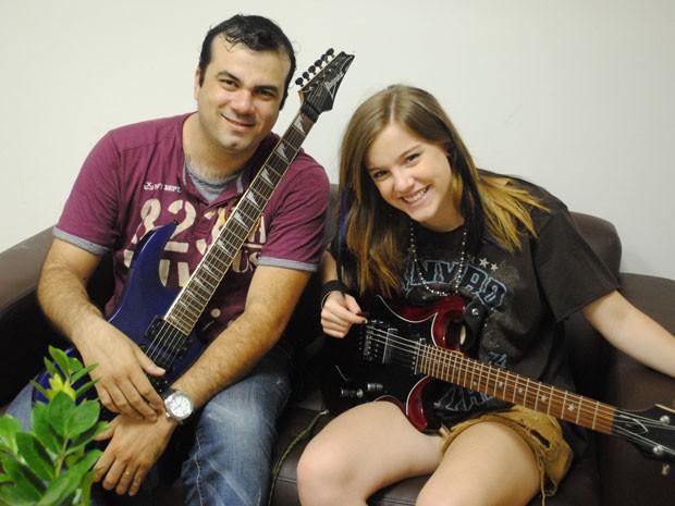 A atriz Alice Wegmann treina com o professor Flávio nos bastidores de Malhação (Foto: Malhação / Tv Globo)