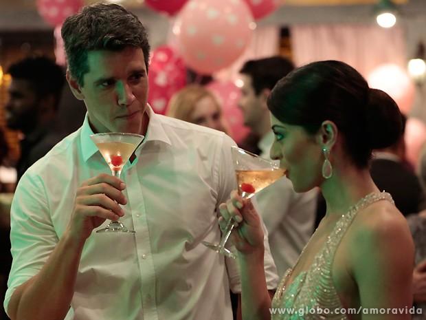 Sem perder tempo, Guto dá o maior mole para Silvia na festa de casamento (Foto: Felipe Monteiro / TV Globo)