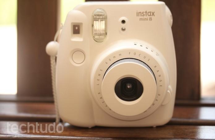 O design da Instax Mini 8 é bem moderno e não parece em nada com as antigas câmeras instantâneas (Foto: Luana Marfim/TechTudo)