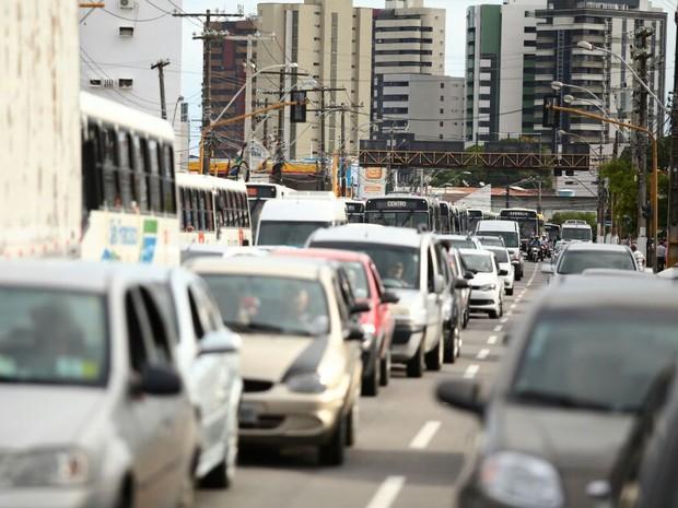 Trânsito ficou caótico em vários pontos da capital (Foto: Jonathan Lins/G1)