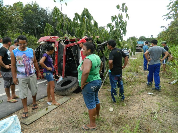 Segundo informações de populares que prestaram os primeiros socorros às vitima, o veículo capotou mais de 150 metros (Foto: Manoel Cruz/TV Amazonas)