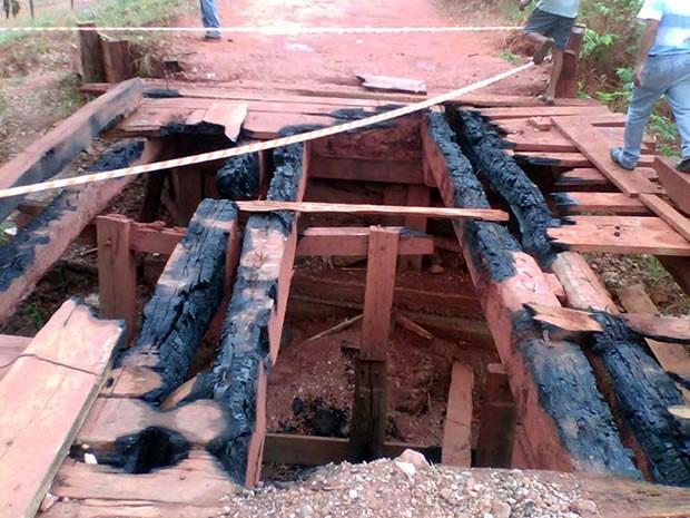 Ponte na Comunidade Limpo Grande foi incendiada no final de semana (Foto: Secretaria de Viação, Obras e Urbanismo de Várzea Grande (MT))