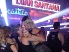 Só dá eles!  Laura Keller dá beijos quentes em camarote de Salvador