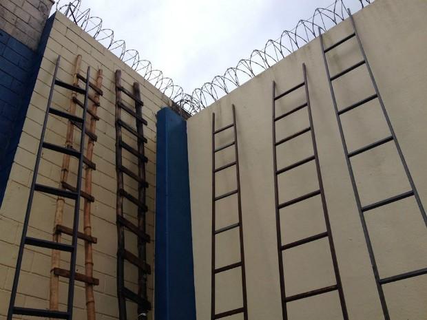 Escadas eram utilizadas para escalar os muros da unidade dois da Penitenciária Estadual de Londrina (Foto: Alberto D'Angele/RPCTV)