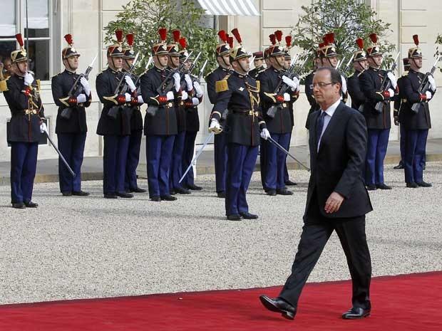 O presidente eleito, François Hollande, chega para a cerimônia de posse. (Foto: Jacques Brinon / AP Photo)