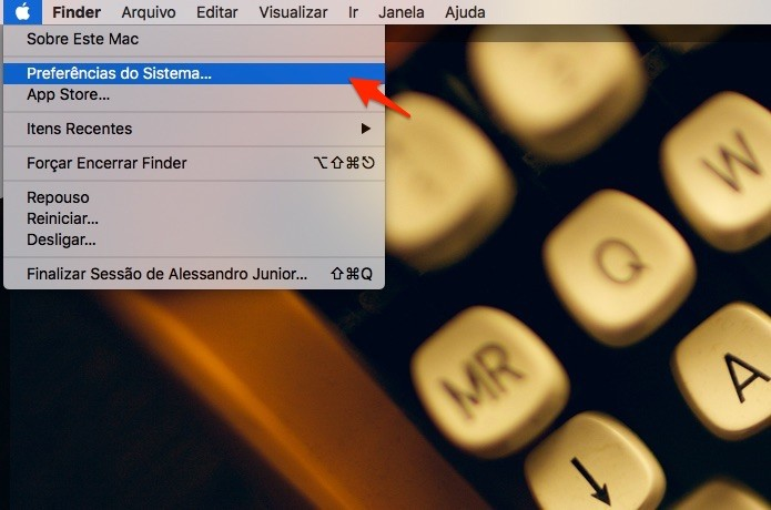 Caminho para abrir as Preferências de Sistema no Mac OS. (Foto: Reprodução/Alessandro Junior)