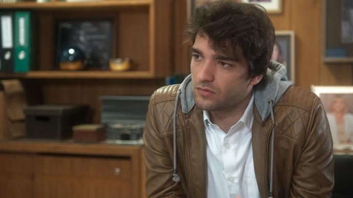 Tiago fica desconfiado após conversa com a avó (Foto: TV Globo)