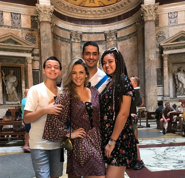Carla Perez e Xanddy curtem férias com os filhos na Itália: