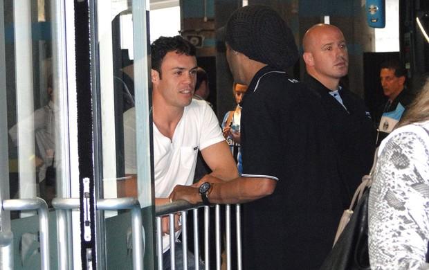 Ronaldinho Conversa com Kleber (Foto: Léo Simonini)