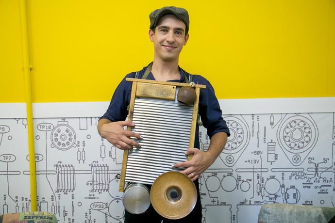 Guto construiu seu próprio instrumento que chama atenção nos shows (Foto: Isabella Pinheiro/ Gshow)