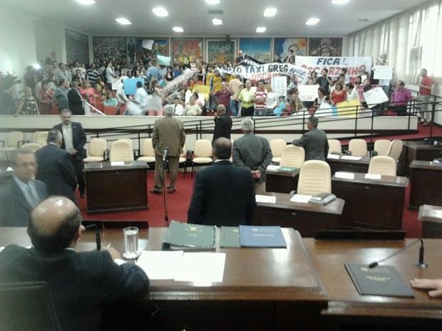 Oscarzinho observa manifestantes na Câmara (Foto: Cedidas por Gianda Oliveira)