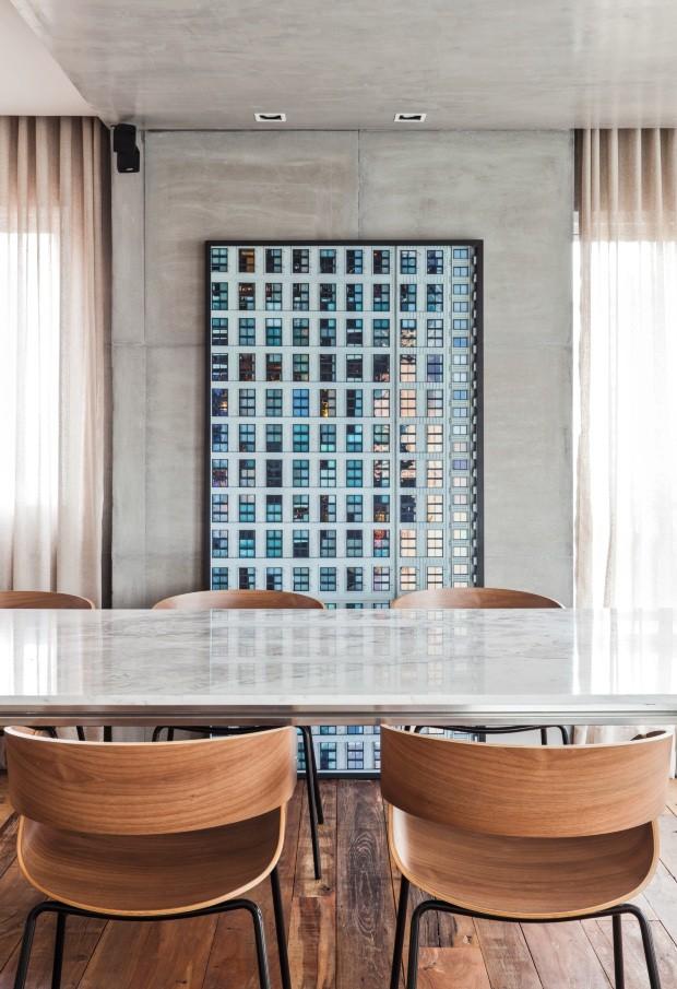 Sala de jantar A coluna estrutural foi revestida com as placas de concreto da Tresuno que compõem o pórtico. Quadro da Galeria Lume. Cadeiras da Artesian (Foto: Maíra Acayaba / Divulgação)