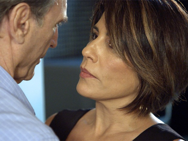 Beatriz fica lisonjeada com elogio e se rende às investidas de Otávio (Foto: TV Globo)