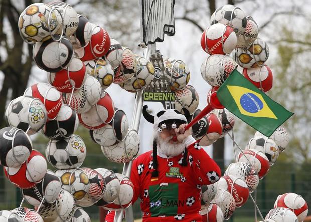 Inventor, conhecido como 'El Diablo', sopra corneta com a bandeira do Brasil em sua bicicleta comemorativa (Foto: Fabrizio Bensch/Reuters)