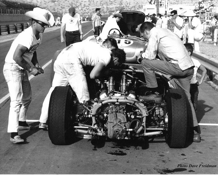 Craig Lang, o dono do carro, observa enquanto MacDonald e os mecânicos estão com as mãos na graxa. (Foto: Reprodução/Dave MacDonald)