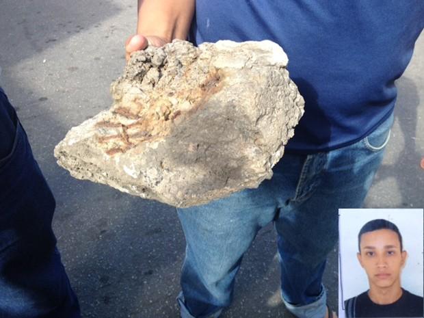 Pai mostra parte de reboco que caiu de viaduto no Subúrbio e atingiu Marlon (no destaque) (Foto: Mariucha Machado/G1)