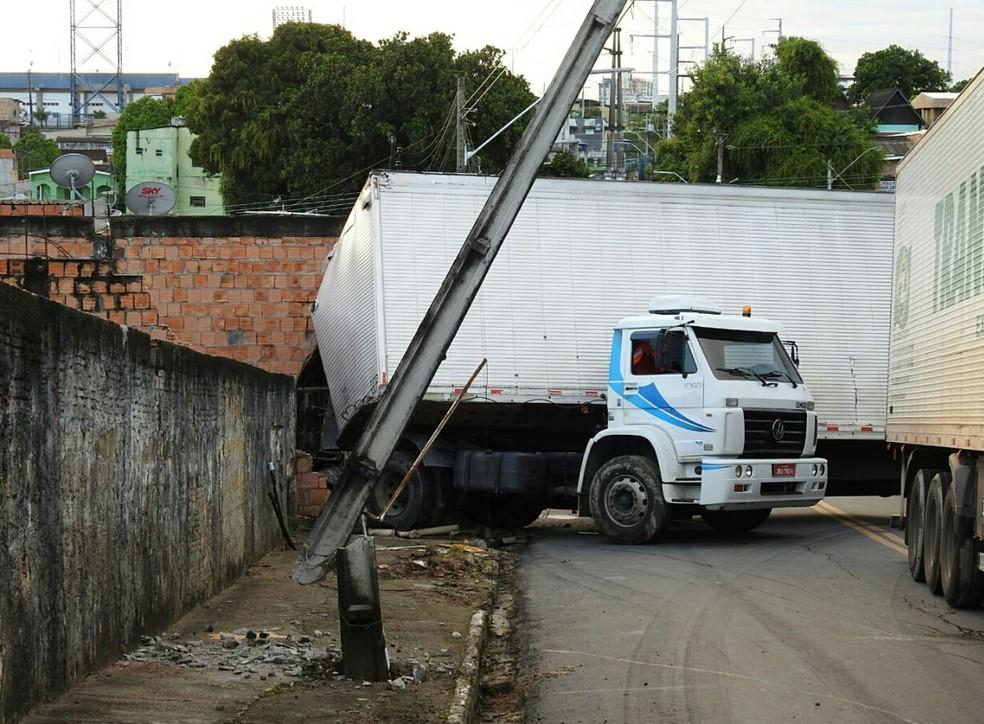 Poste também foi atingido pelo caminhão (Foto: Adneison Severiano/G1 AM)