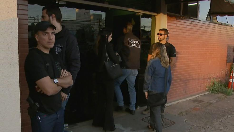 Mulher alvo da operação do MP chega a delegacia (Foto: TV Globo/Reprodução)
