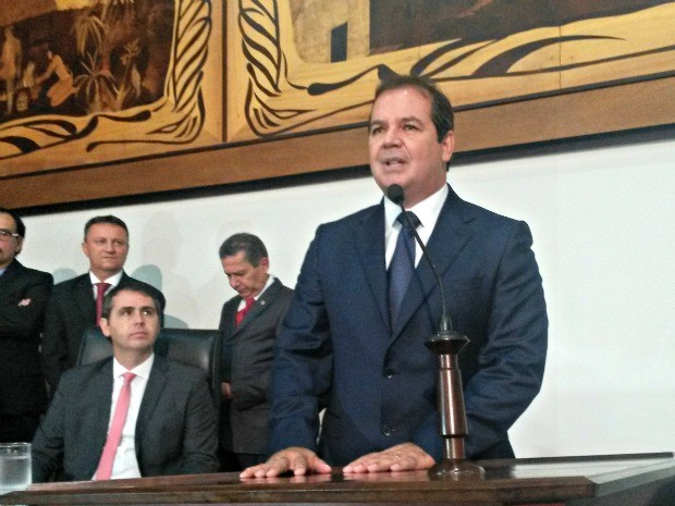 Tião Viana embarcou ainda na madrugada para acompanhar a posse de Dilma em Brasília (Foto: Yuri Marcel/G1)