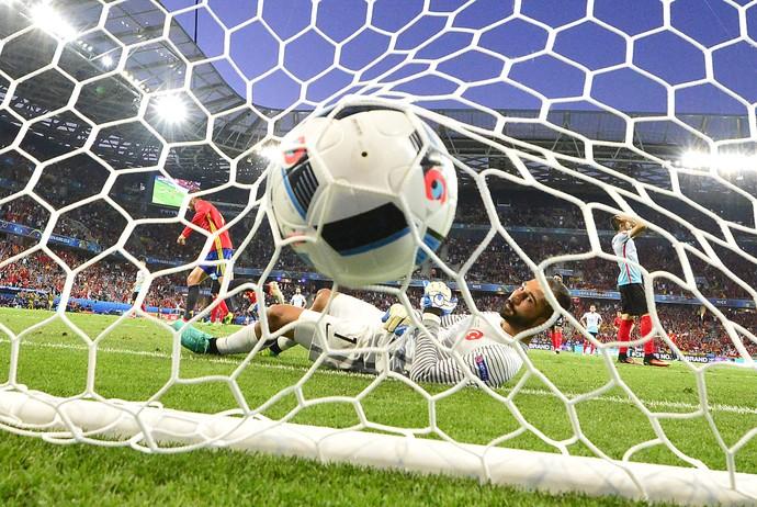 Bola na rede, Babacan de um lado, Piqué do outro, no gol da vitória da Espanha sobre a Turquia (Foto: AFP/BULENT KILIC)