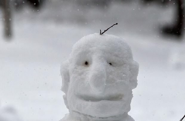 Boneco de neve feito em parque de Bucareste, na Romênia (Foto: Vadim Ghirda/AP)