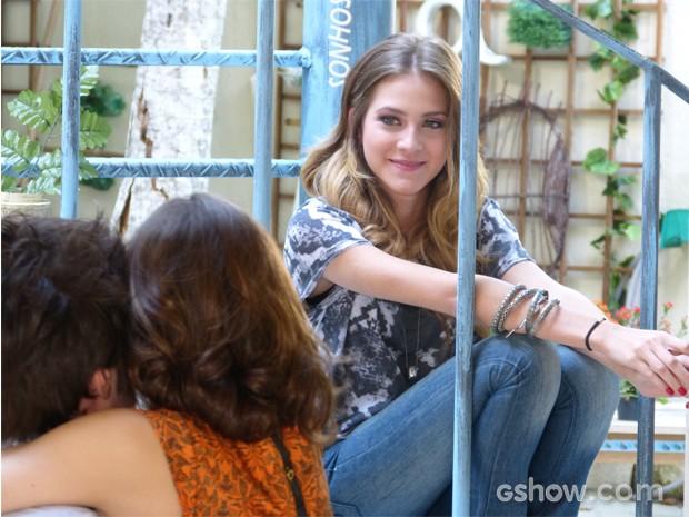 A loirinha é só alegria com o convite dos amigos (Foto: Malhação / TV Globo)