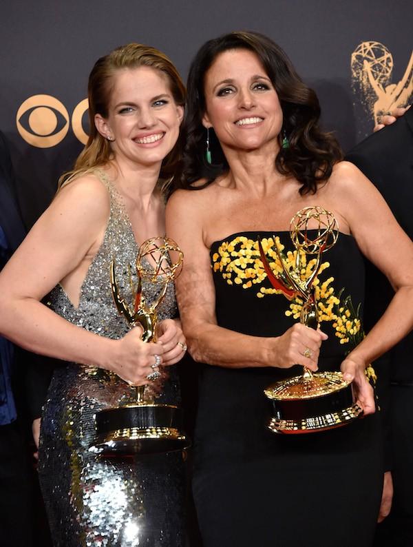 A atriz Anna Chlumsky com Julie Louis-Dreyfus no Emmy 2017 (Foto: Getty Images)