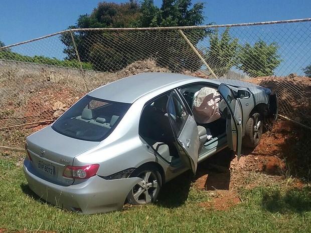 Carro do professor da UnB que morreu após bater contra grade de creche (Foto: Bárbara Nascimento/G1)