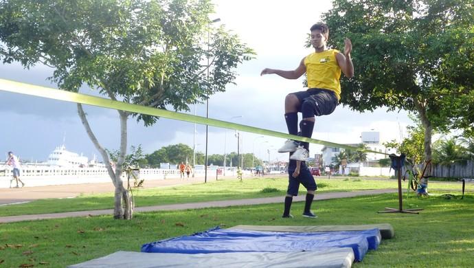 Slackline invade orla de Macapá e conquista jovens (Foto: Wellington Costa/GE/AP)