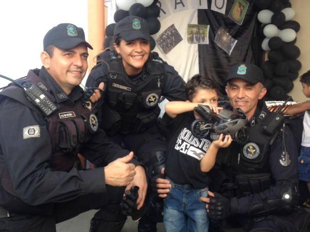 Criança realiza sonho de ter aniversário com tema do Raio e conhece policiais do batalhão (Foto: Cicera Alves/Arquivo Pessoal)