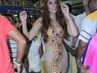 Amanda Gontijo usa calçola para disfarçar look transparente