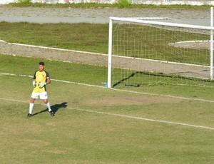 Lucas zagueiro no gol Ecus (Foto: Bruno Rocha)