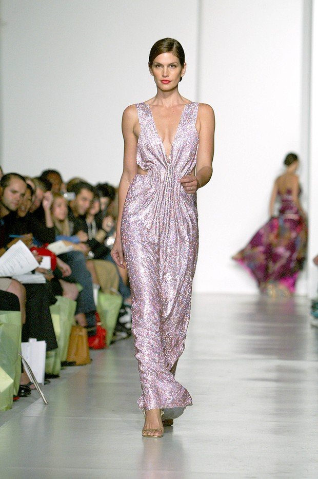Cindy Crawford no desfile de Esteban Cortazar, em Nova York, 2004 (Foto: Getty Images)