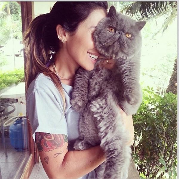 Jaque Khury posa ao lado de gato (Foto: Reprodução/Instagram)