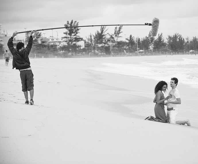 A dupla de atores mostra sintonia durante a gravação da cena romântica (Foto: Raphael Dias/Gshow)