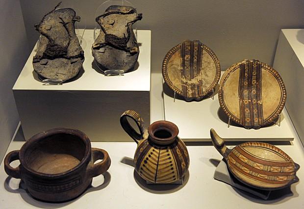 Alguns dos objetos encontrados perto das três múmias incas congeladas (Foto: Juan Mabromata/AFP)
