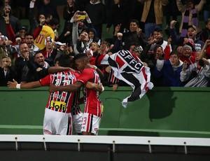 Rogério, do São Paulo, sai para o abraço e comemora o gol contra o Coritiba