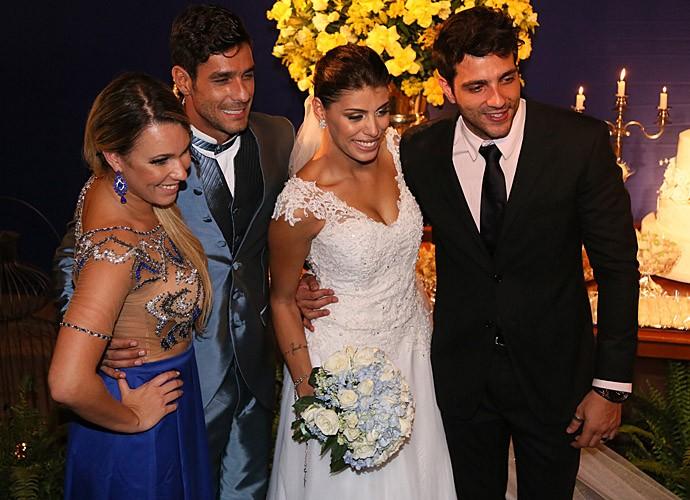 Os noivos com os padrinhos (Foto: Isabella Pinheiro/Gshow)