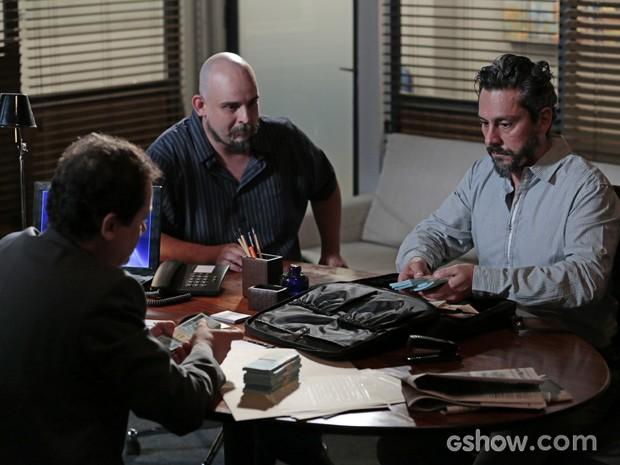 Com mais um nome falso, Hermes consegue tirar dinheiro do banco (Foto: Felipe Monteiro/TV Globo)