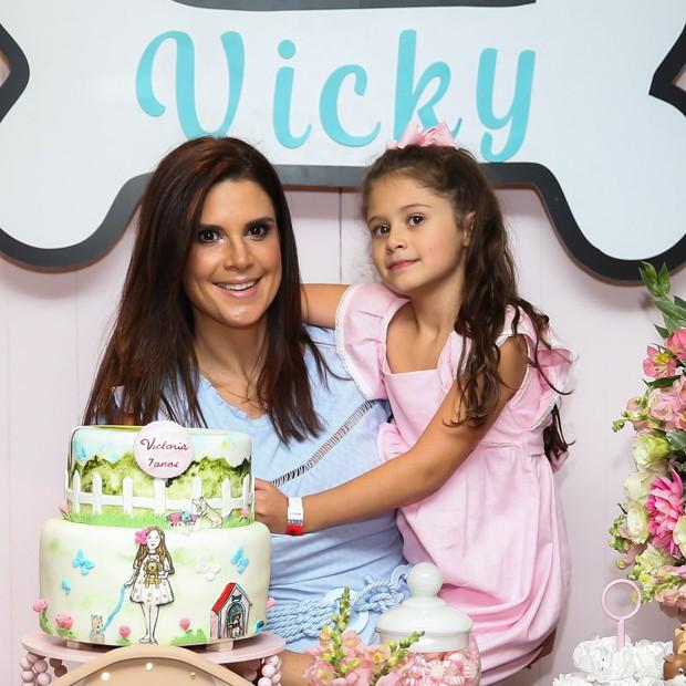 Mariana Kupfer e a filha, a aniversariante Victoria (Foto: Manuela Scarpa/Brazil News)