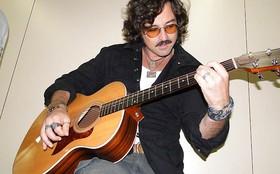 Emílio Orciollo Netto toca 'Something', dos Beatles, nos corredores do estúdio